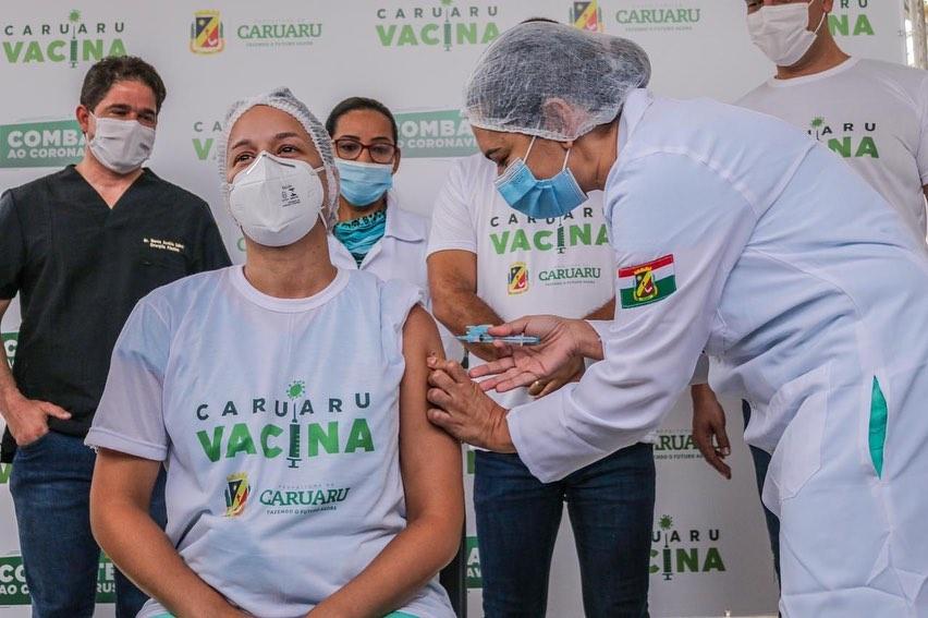 Primeira vacinada em Caruaru foi a técnica em Enfermagem Manuella Auxiliadora Vasconcelos, 34 anos