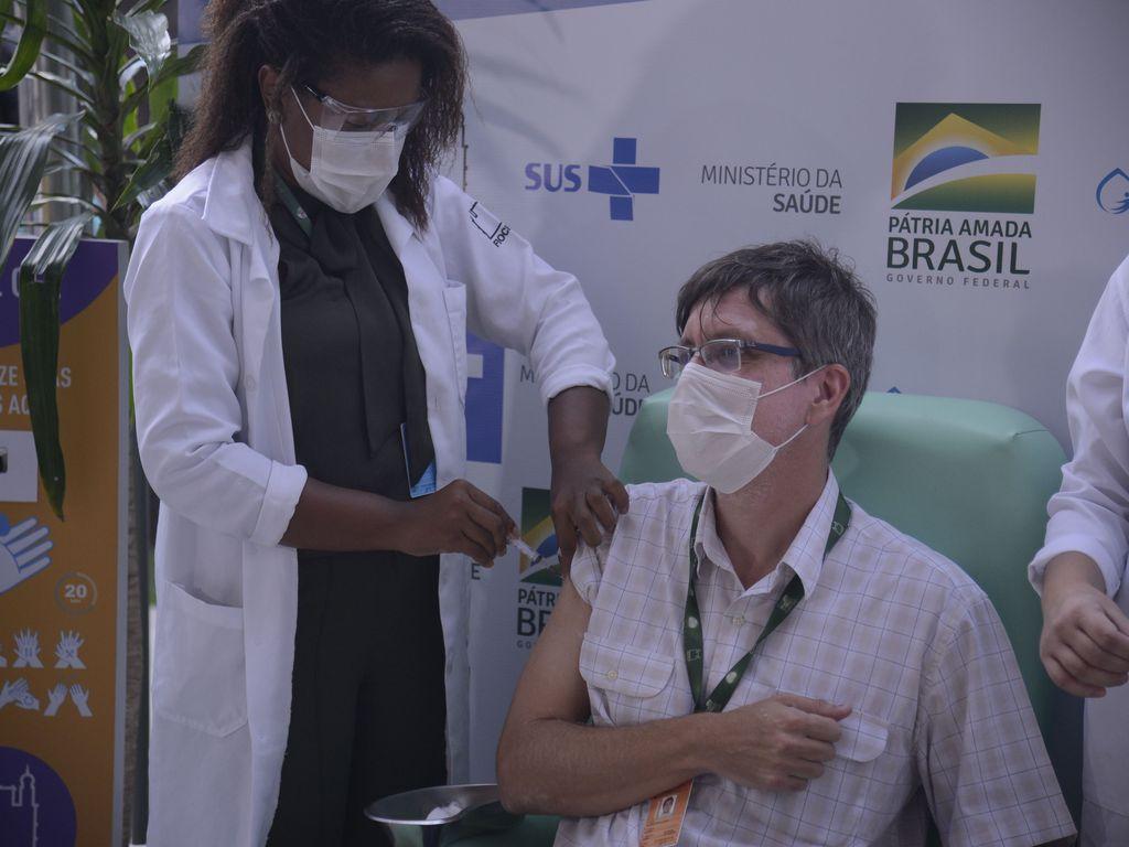 O médico infectologista do Instituto Nacional de Infectologia Evandro Chagas (INI/Fiocruz), Estevão Portela, recebe a dose da vacina de Oxford/AstraZeneca na Fiocruz