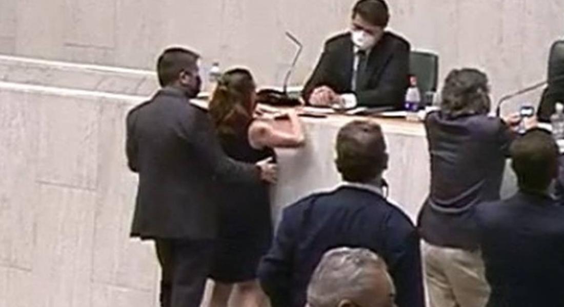 Momento em que a deputada Isa Penna é assediada pelo deputado Fernando Cury