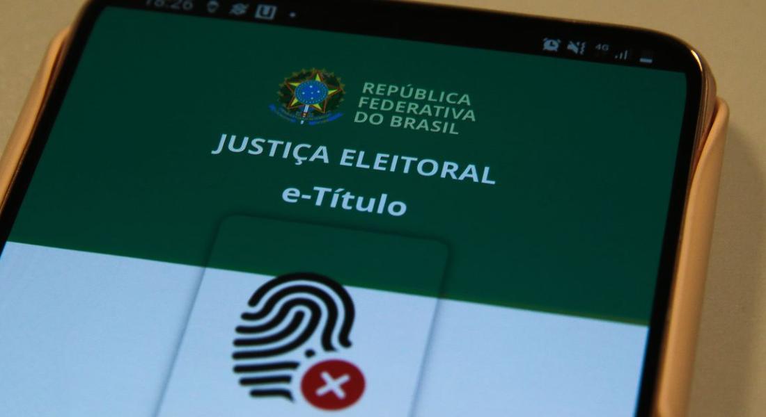 O Tribunal Superior Eleitoral (TSE) recomenda que a justificativa seja feita, preferencialmente, por meio do aplicativo e-Título