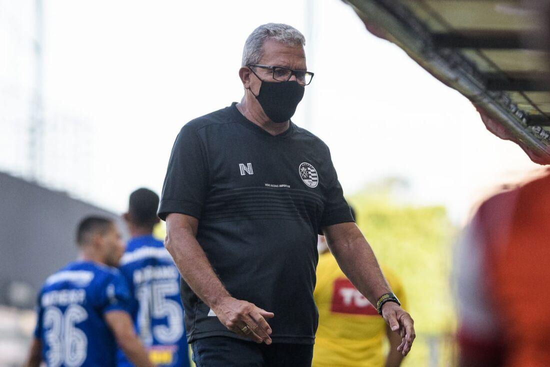 Hélio dos Anjos durante o jogo com o Cruzeiro