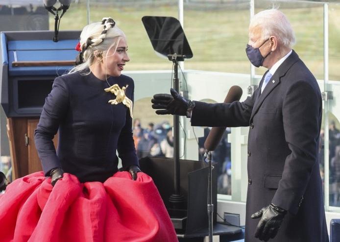 O presidente eleito dos EUA, Joe Biden, cumprimenta a cantora Lady Gaga durante sua posse na frente do Capitólio dos EUA