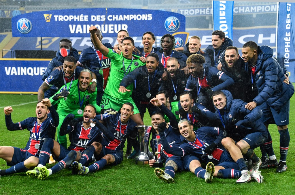 Jogadores comemoram título obtido sobre o rival Olympique