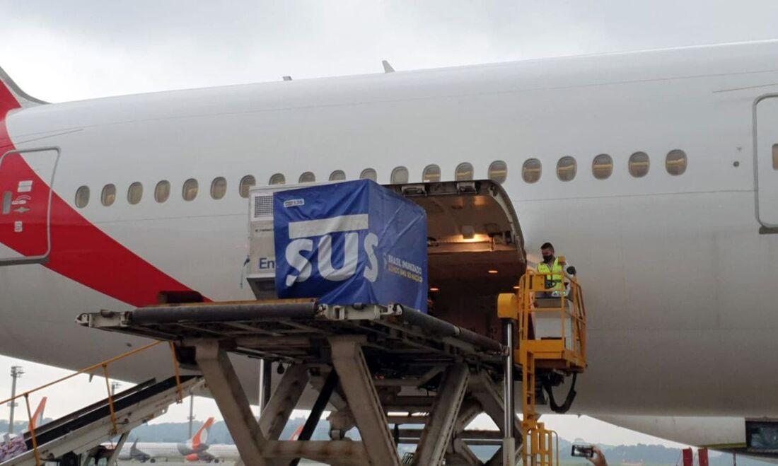 Avião leva vacinas a todo o país