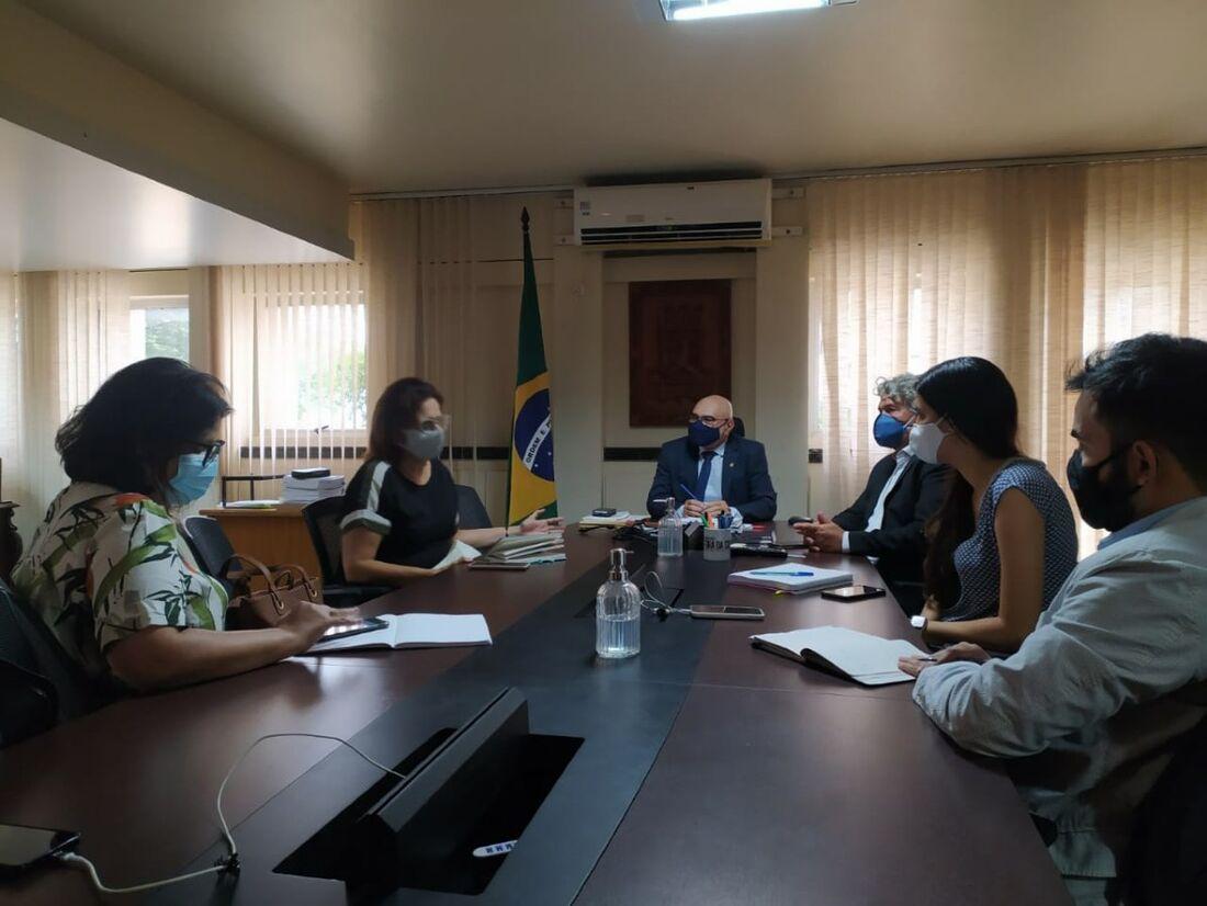 Reitor da UFPE, Alfredo Gomes, em reunião com representantes da Secretaria Estadual de Saúde
