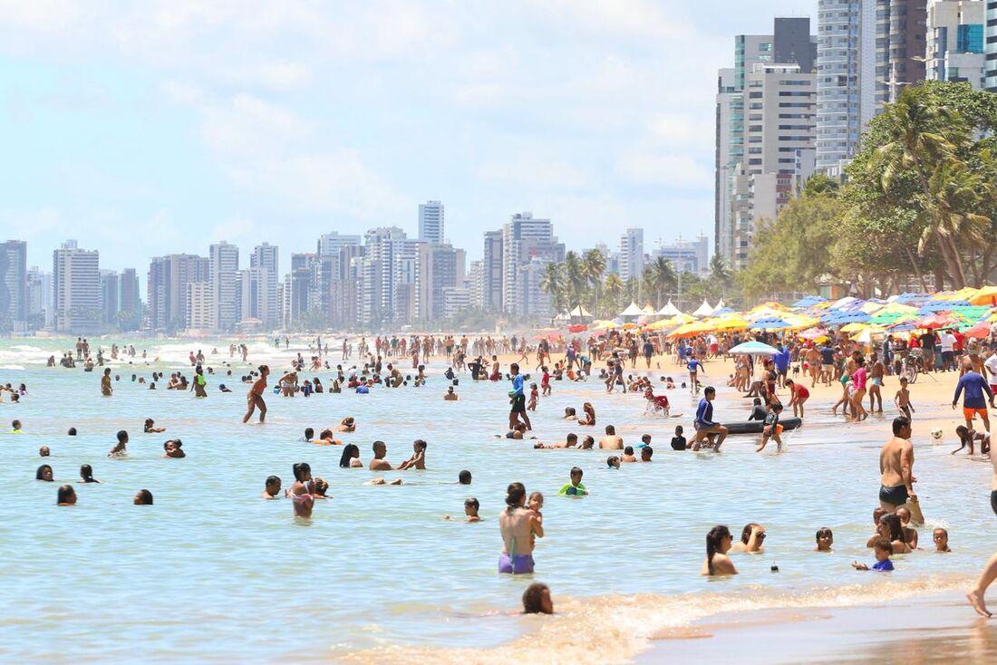 Praia de Boa Viagem neste domingo (17)