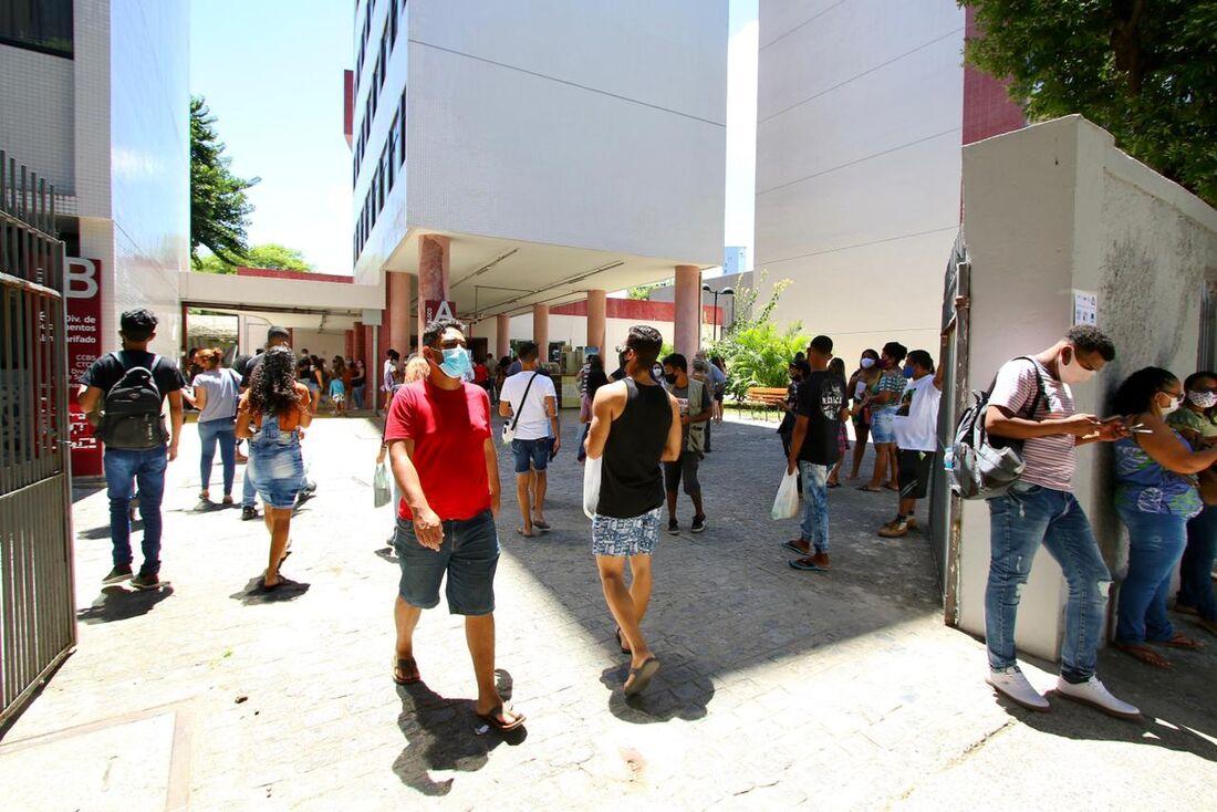 Estudantes chegam para realizar prova do ENEM na Unicap, no início da tarde deste domingo (17)