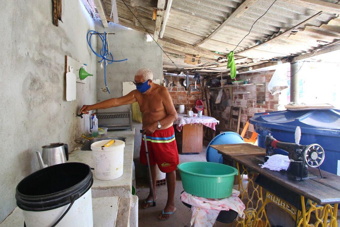 Moradores reclamam de falta de água em Olinda