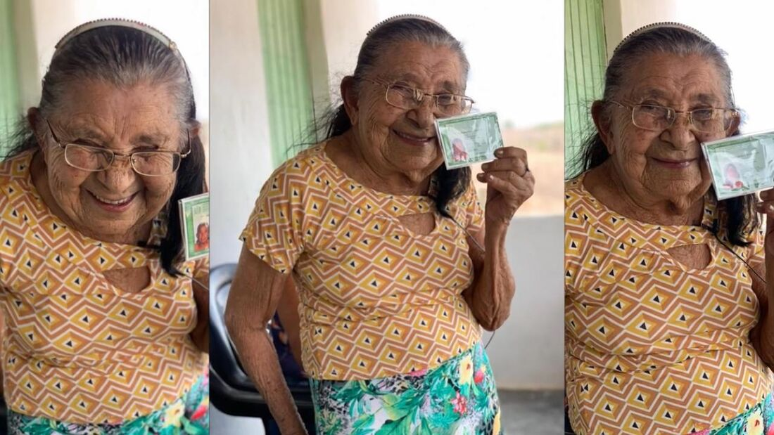 Maria Severina, de 111 anos, exibe, orgulhosa, o seu primeiro documento de RG
