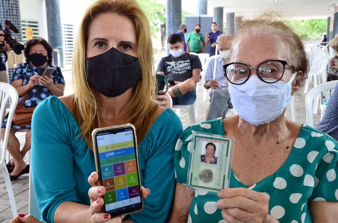 Dona Maria das Neves, de 92 anos, primeira a ser imunizada, com a filha, Lúcia