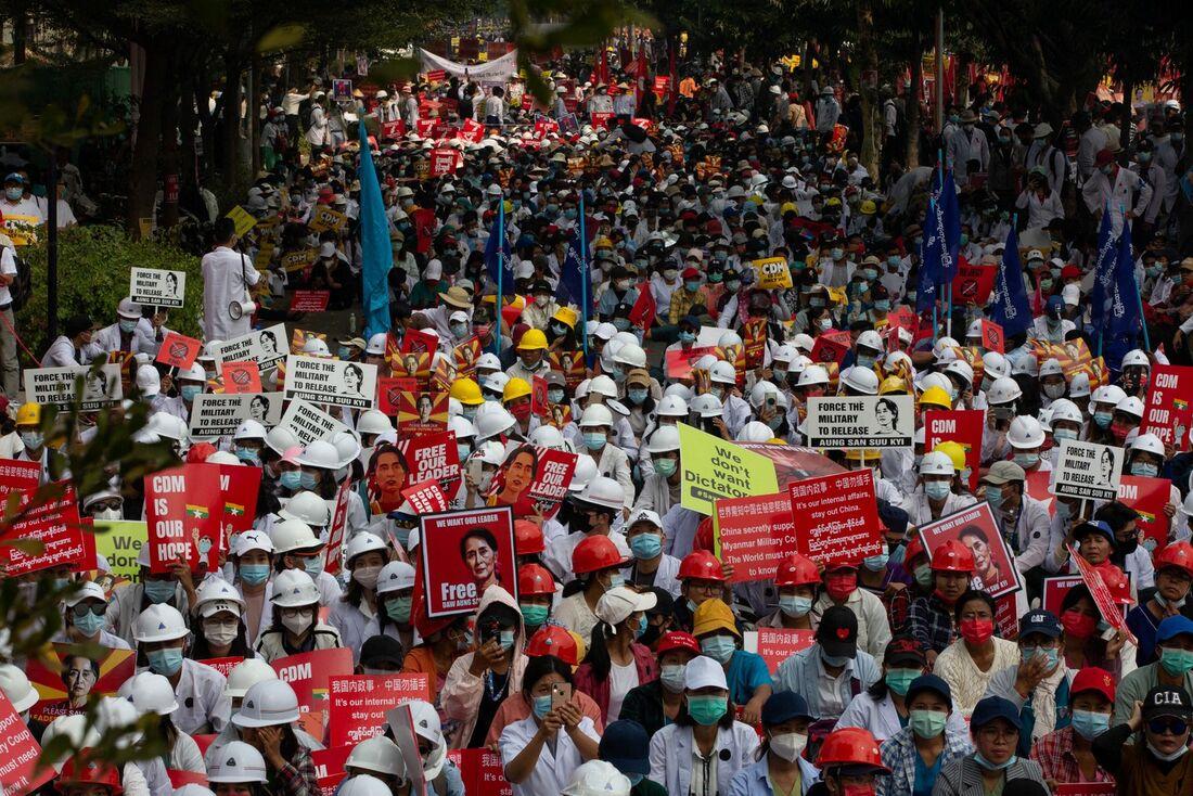 População de Mianmar protestando contra golpe militar