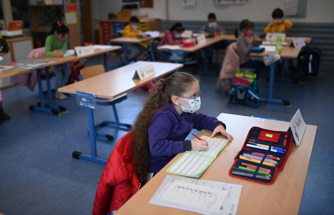 Crianças usam máscaras durante as aulas na escola primária de Petri em Dortmund
