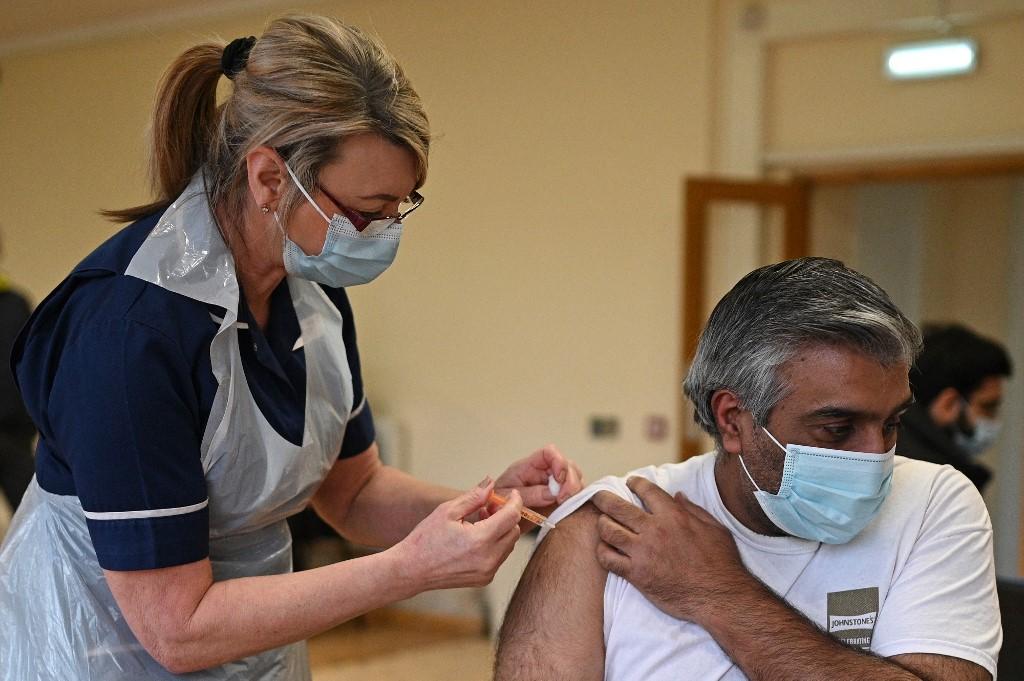 Enfermeira administra uma dose da vacina AstraZeneca/Oxford Covid-19 a um paciente, na região central da Inglaterra