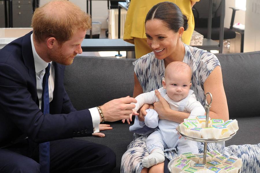 Príncipe Harry e a mulher, Meghan, seguram o filho, Archie Harrison