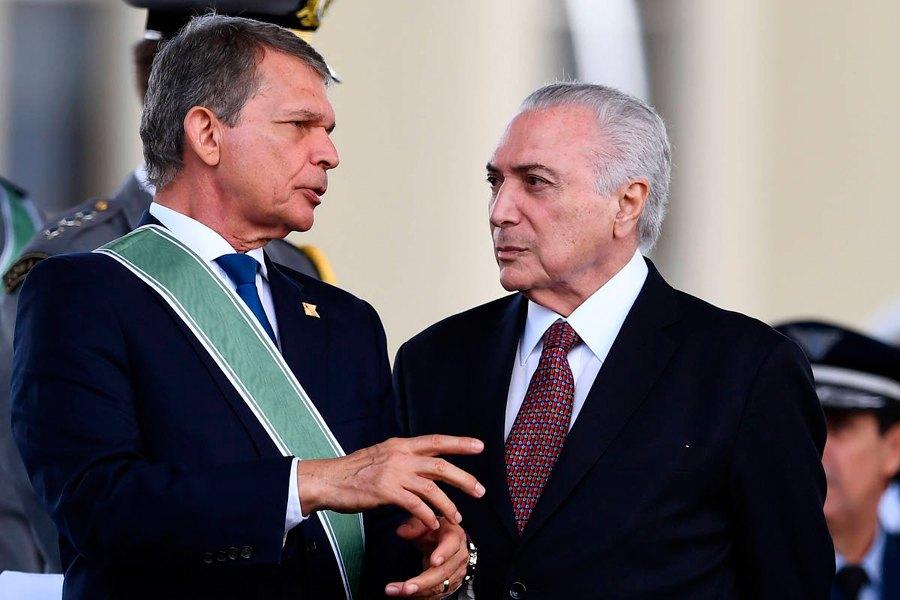 O ex-presidente ao lado de Joaquim Silva e Luna durante evento em Brasília