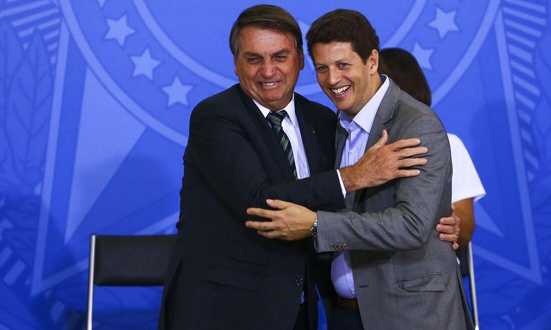 Presidente da República, Jair Bolsonaro, ao lado do ministro do agora ex-ministro do Meio Ambiente, Ricardo Salles
