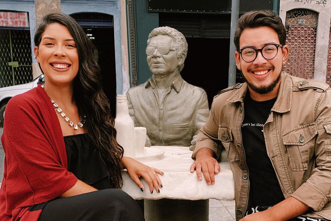 """O projeto """"Borogodá"""" é assinado pelos irmãos Lopes, Ana Letícia e Gabriel que posam em estátua de Reginaldo Rossi"""