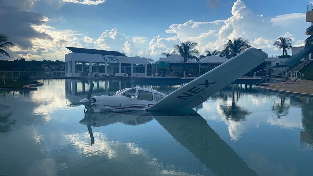 Monomotor caiu dentro de piscina de resort