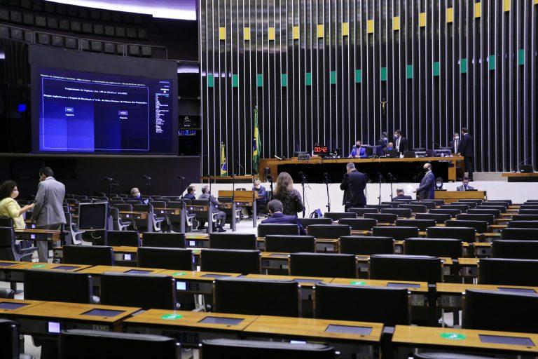 Deputados acompanham a sessão no Plenário da Casa