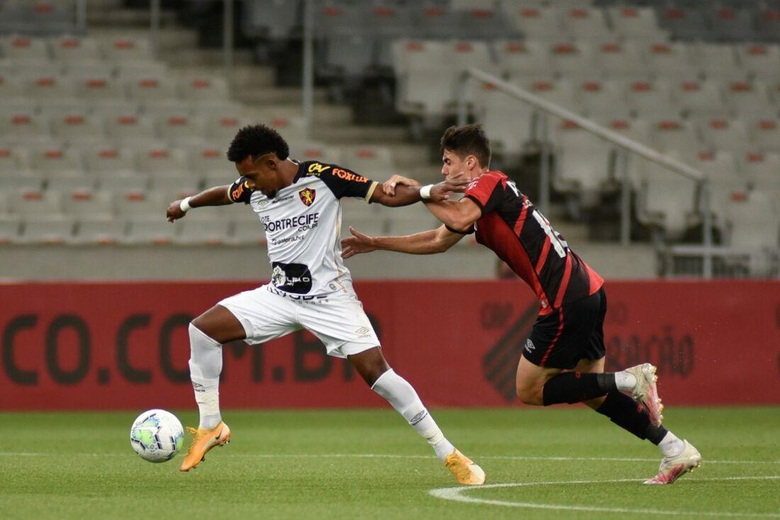Ewerthon tenta jogada diante do Athletico