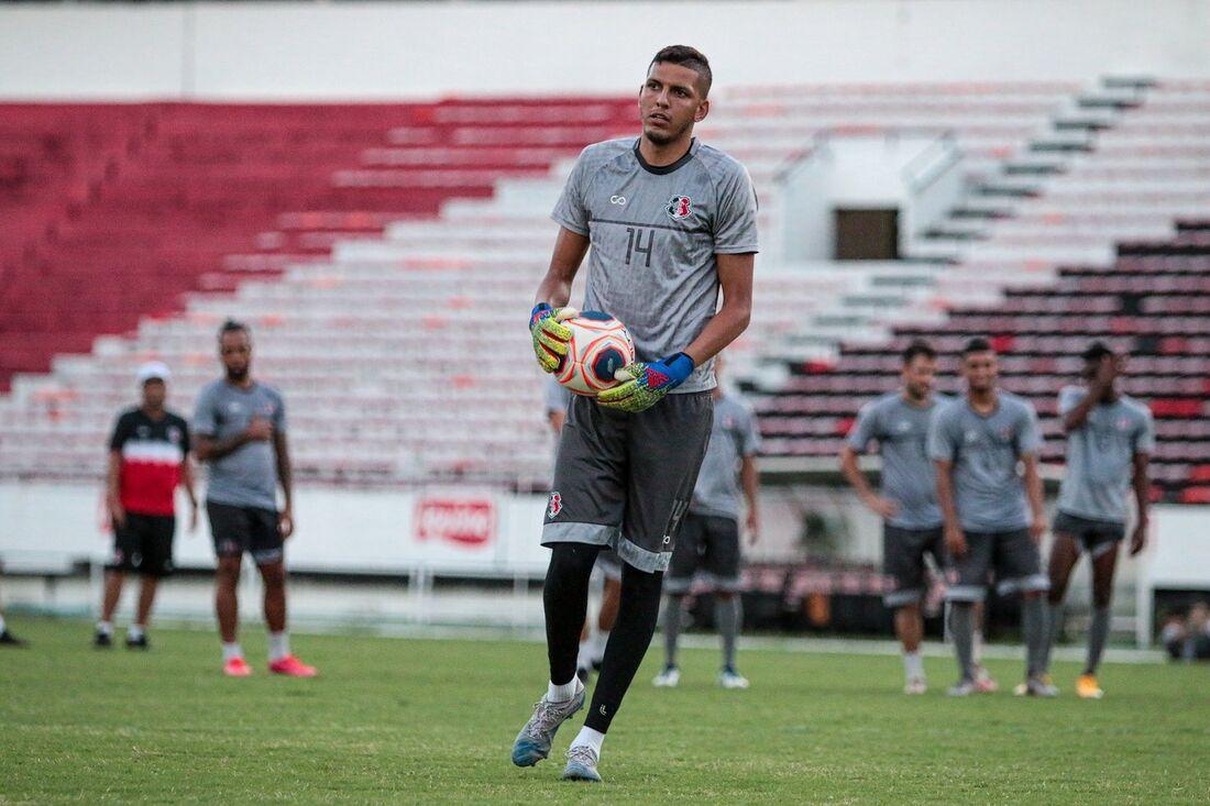 Filipe Silva durante treino no Arruda