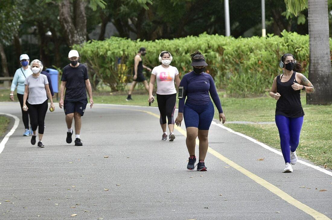 Dar no mínimo 7.000 passos por dia diminui em até 70% o riscos de morte de adultos de meia idade