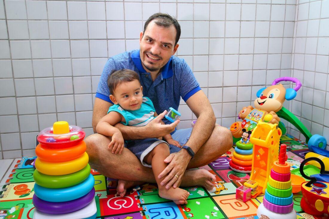 Adriano Negreiros, 36, com o filho, Júlio César, 1