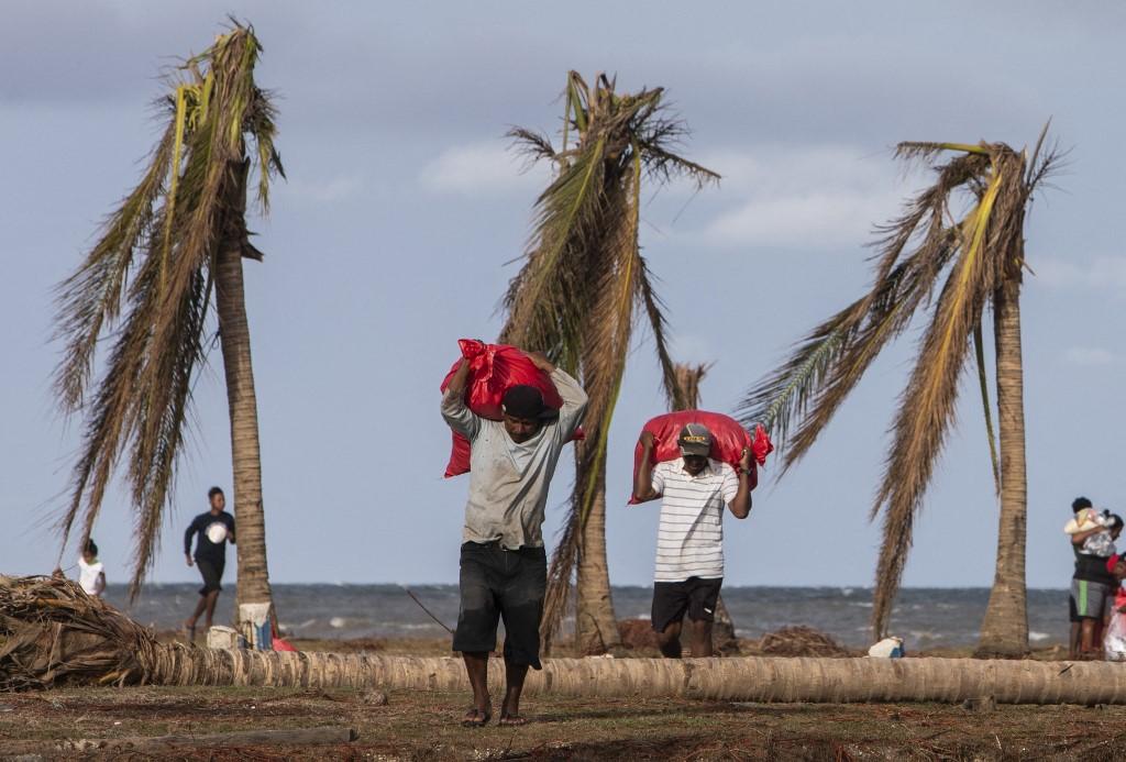 Homens carregam fardos na Nicarágua