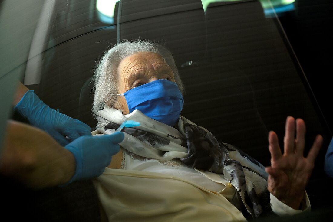 Joaquina recebeu sua dose no Hospital Donostia em San Sebastian em 24 de fevereiro de 2021