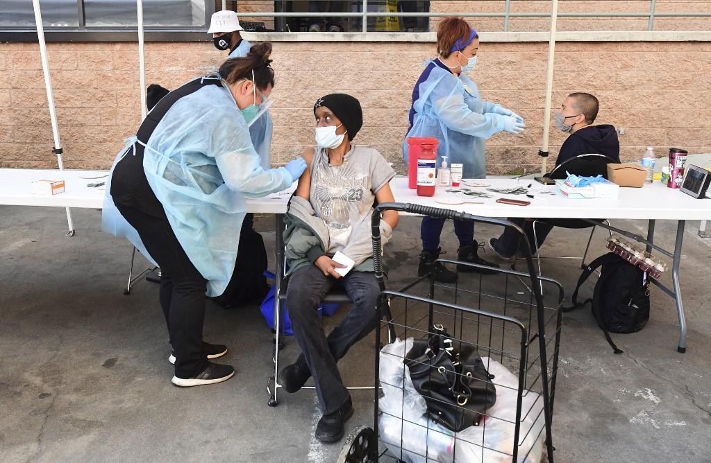 Enfermeiros administram a vacina Moderna Covid-19 para desabrigados em Los Angeles, Califórnia