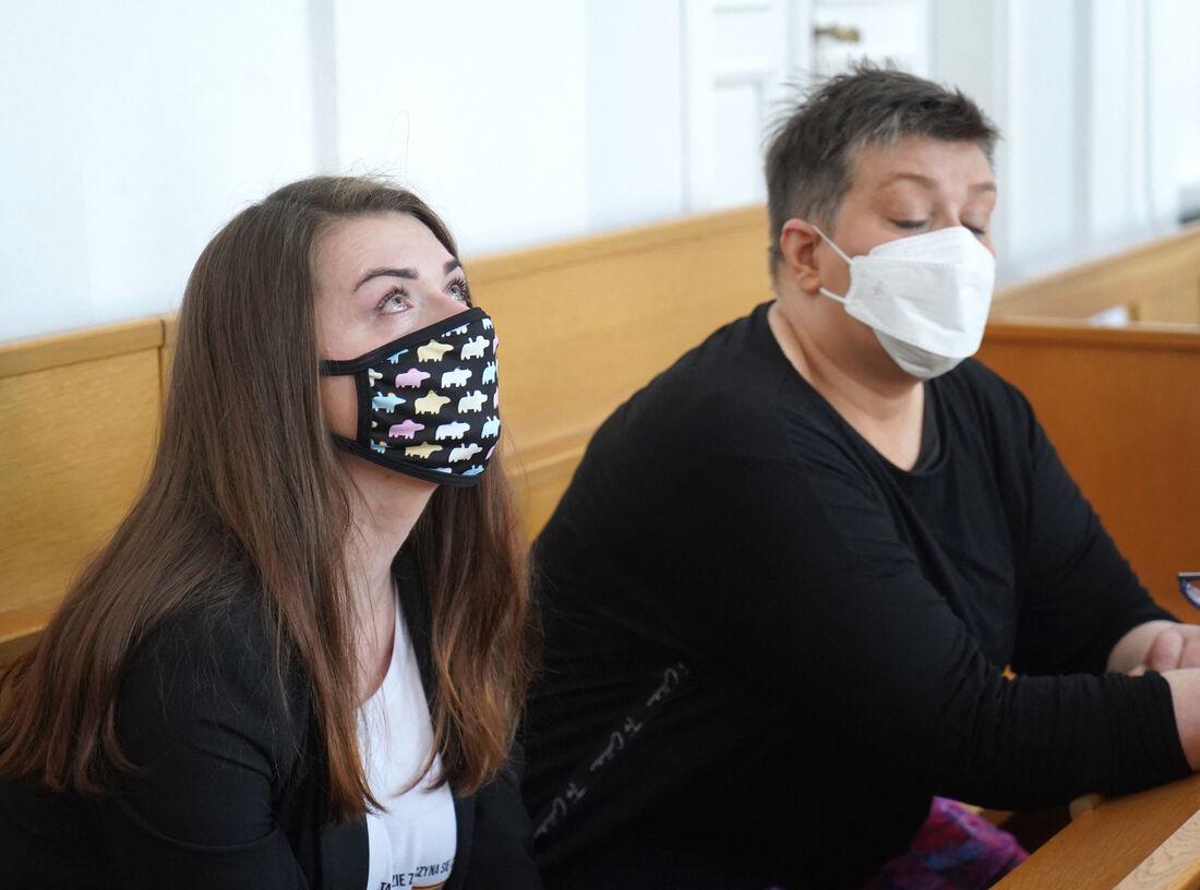 Elzbieta Podlesna e Anna Prus reagem após o anúncio da absolvição pelo tribunal em Plock, Polônia,