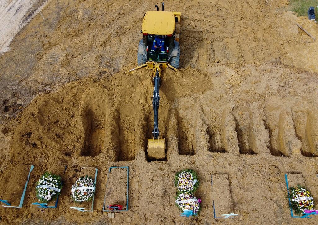 Abertura de covas para enterro de vítimas da Covid-19