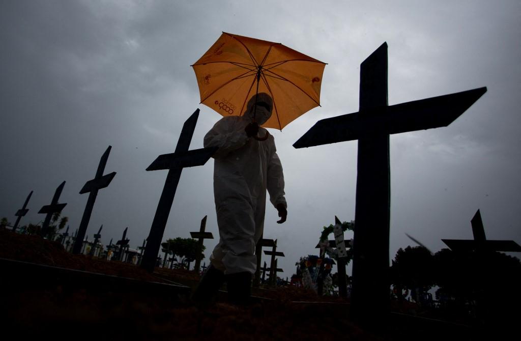 Vítimas da Covid-19 enterradas em cemitério em Manaus