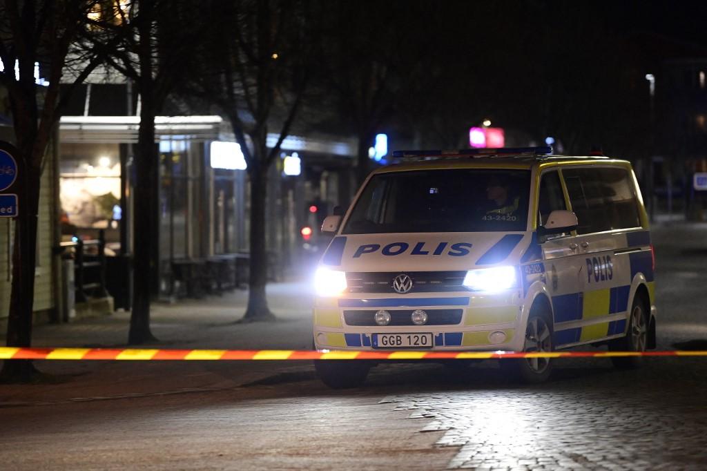 """A polícia isolou a cena em que um homem atacou oito pessoas com uma """"arma afiada"""""""