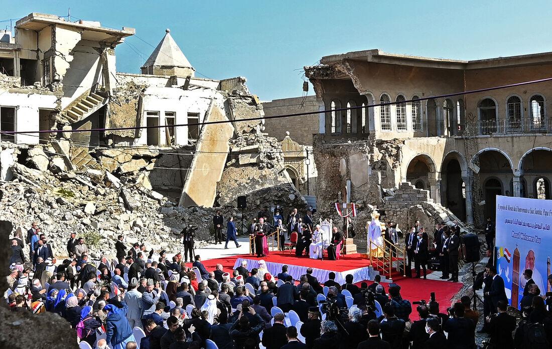 Papa Francisco discursa em praça próxima às ruínas da Syriac Catholic Church of the Immaculate Conception