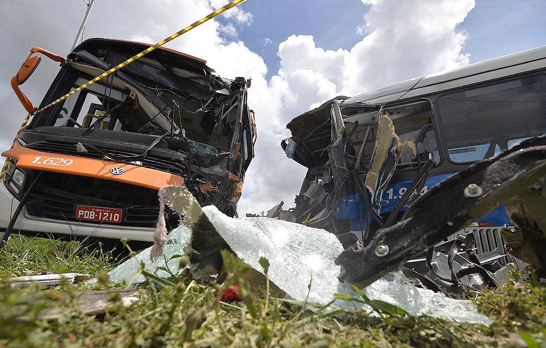 Acidente na PE-15 entre um ônibus e um BRT
