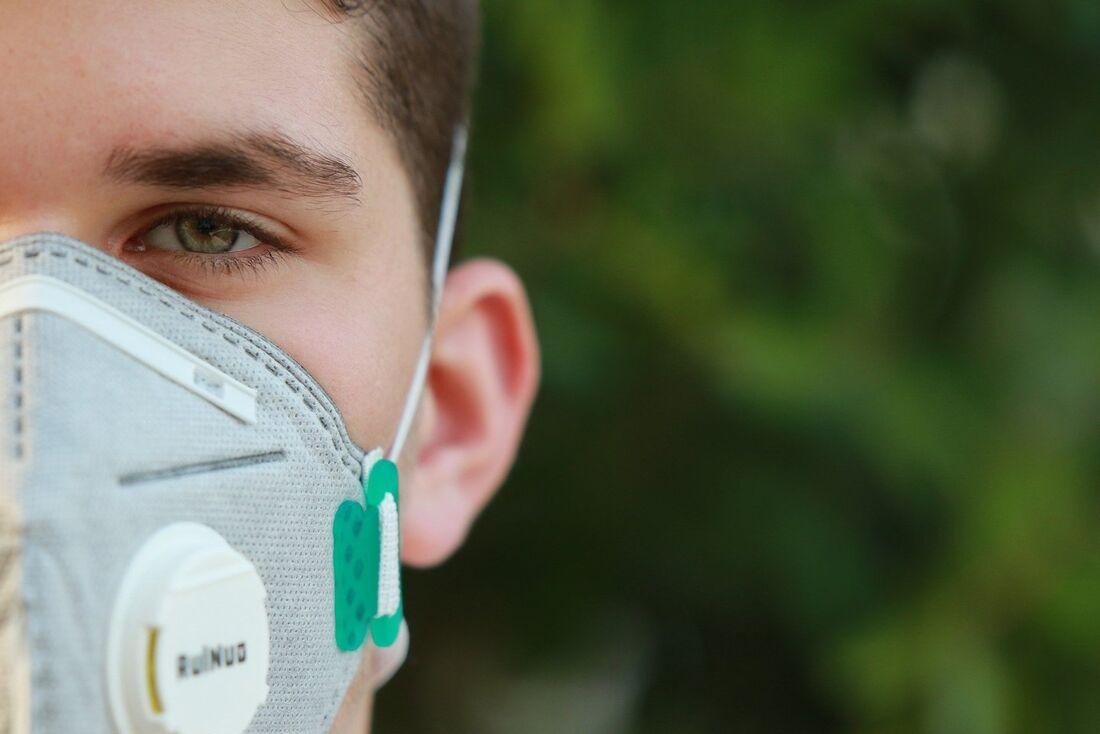 As máscaras três camadas de tecido que são capazes de reter até 95% de partículas sólidas, líquidas, oleosas e aerossóis
