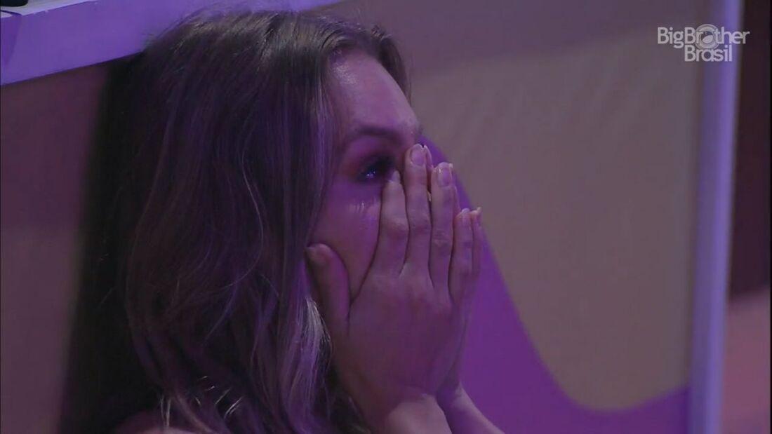 Carla Diaz chora após discutir relação com Arthur