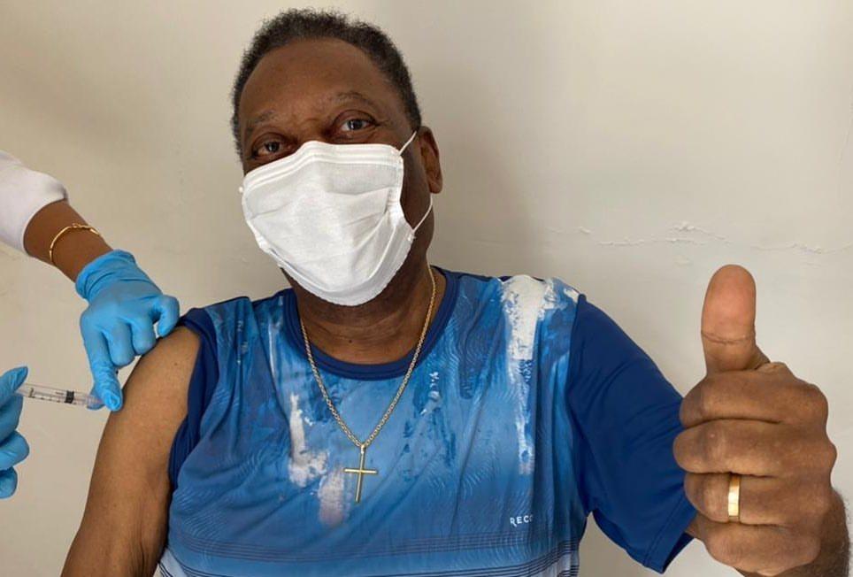 Pelé recebe primeira dose da vacina