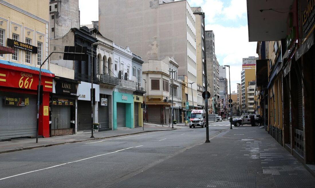 Comércio fechado na rua 25 de Março durante a quarentena