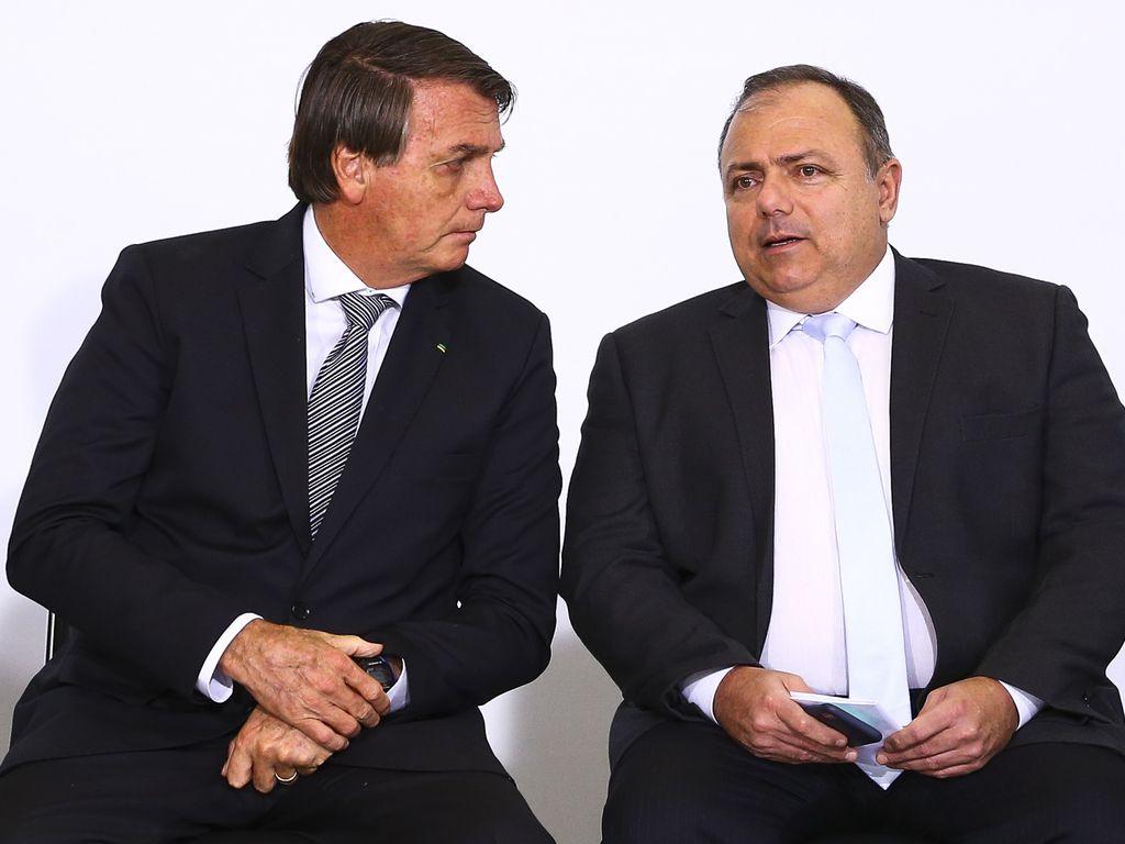 Presidente Jair Bolsonaro (Sem Partido) junto com o, agora, ex-ministro da Saúde, Eduardo Pazuello