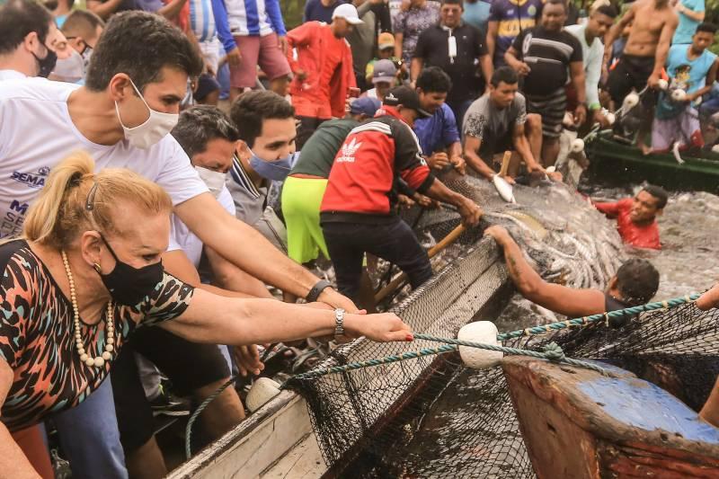 O governador do Pará, Helder Barbalho (MDB), provocou aglomeração ao reunir centenas de pescadores
