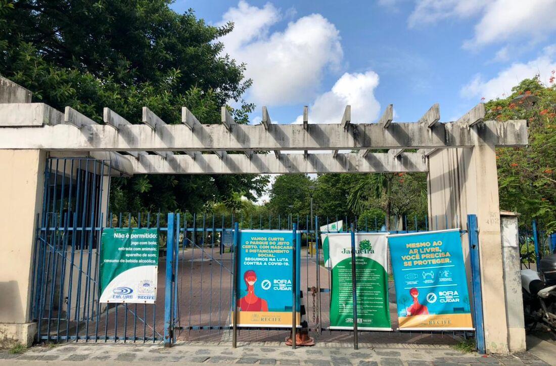 Parque da Jaqueira com portões fechados