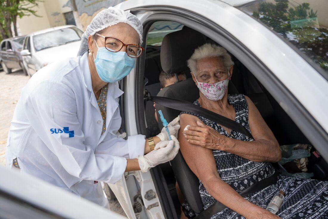 Vacinação de idosos em Olinda