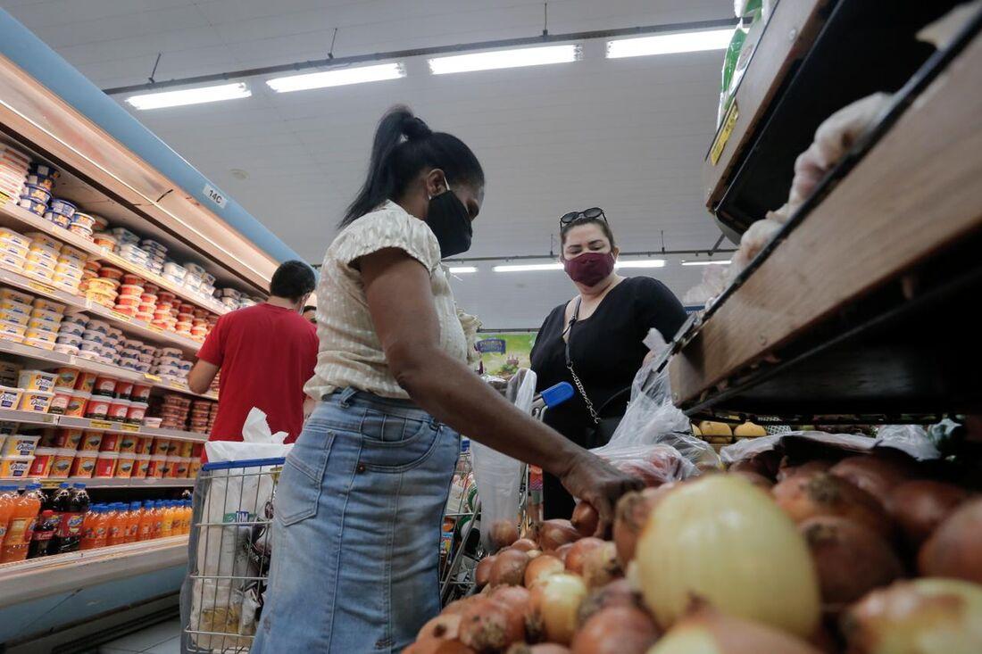 Movimentação em supermercado no Recife