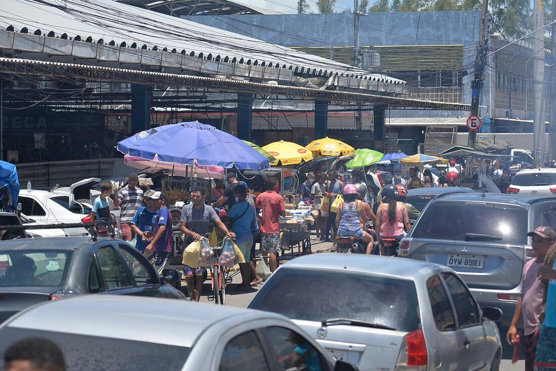 Entorno do Mercado das Mangueiras lotado