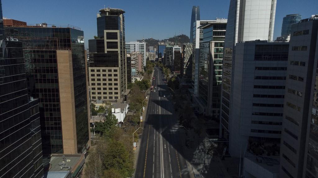 Vista aérea de Santiago, no Chile, em confinamento