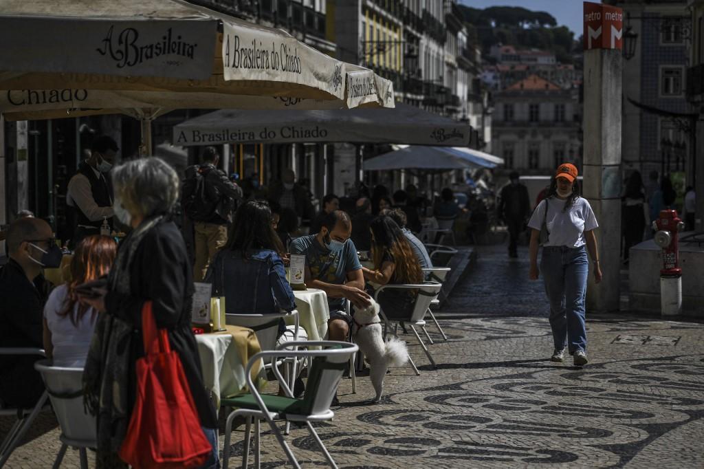 Portugal reabriu museus, esplanadas de cafés e escolas secundárias quase dois meses depois de apertar o freio Covid-19 após uma onda de casos no início deste ano