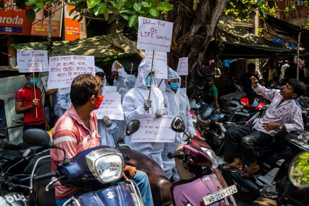 Manifestantes exigem a suspensão das eleições legislativas estaduais em andamento e comícios de campanha em meio ao número crescente de casos de coronavírus.