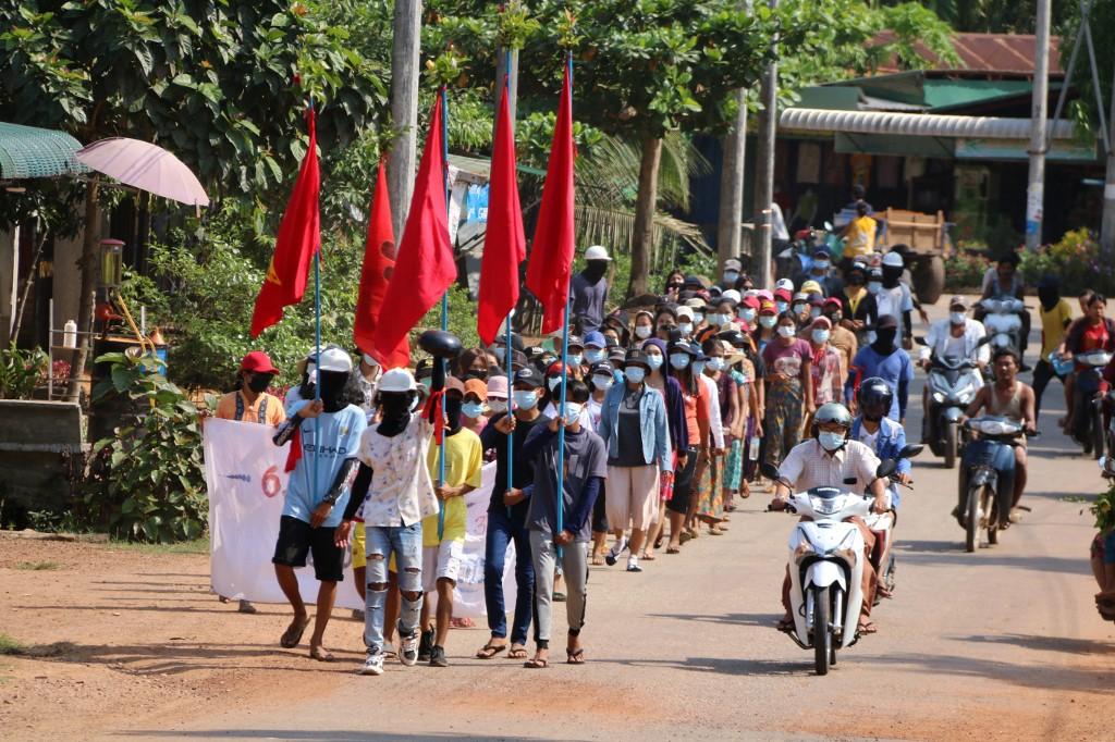 Manifestantes marcham em uma manifestação contra o golpe militar